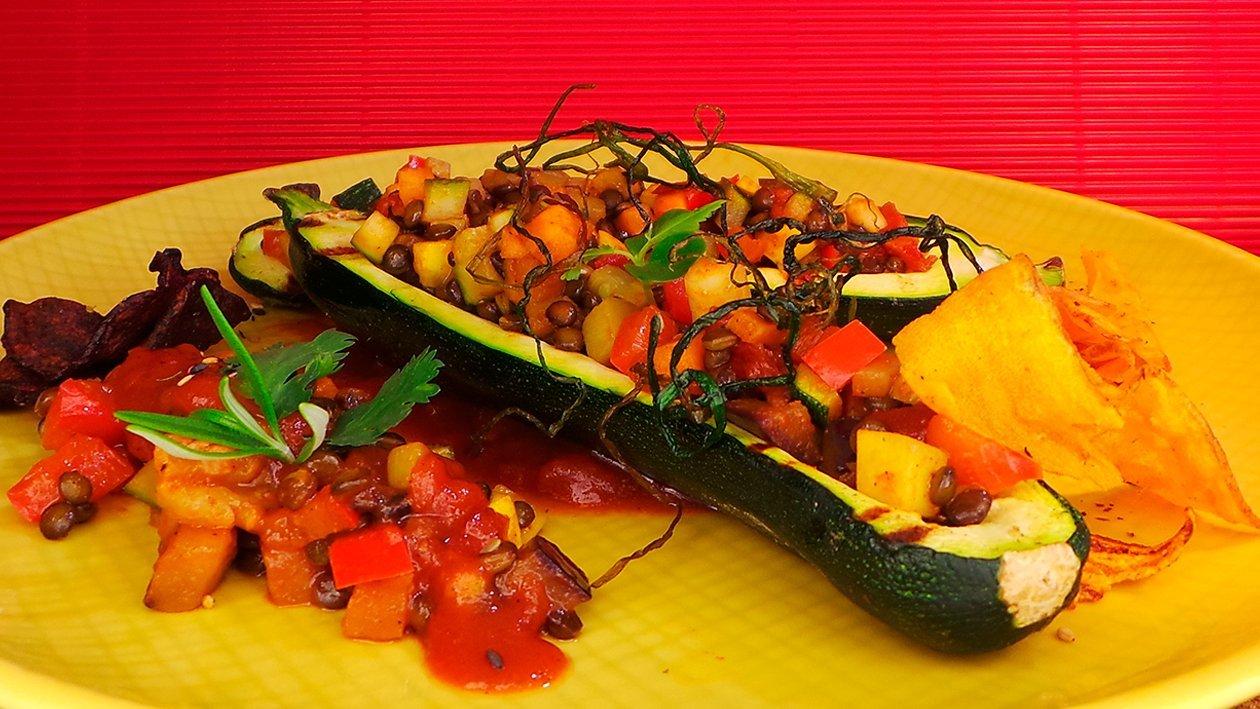 Gefüllte Zucchini mit Gemüse und Schinken an Salsa Verde