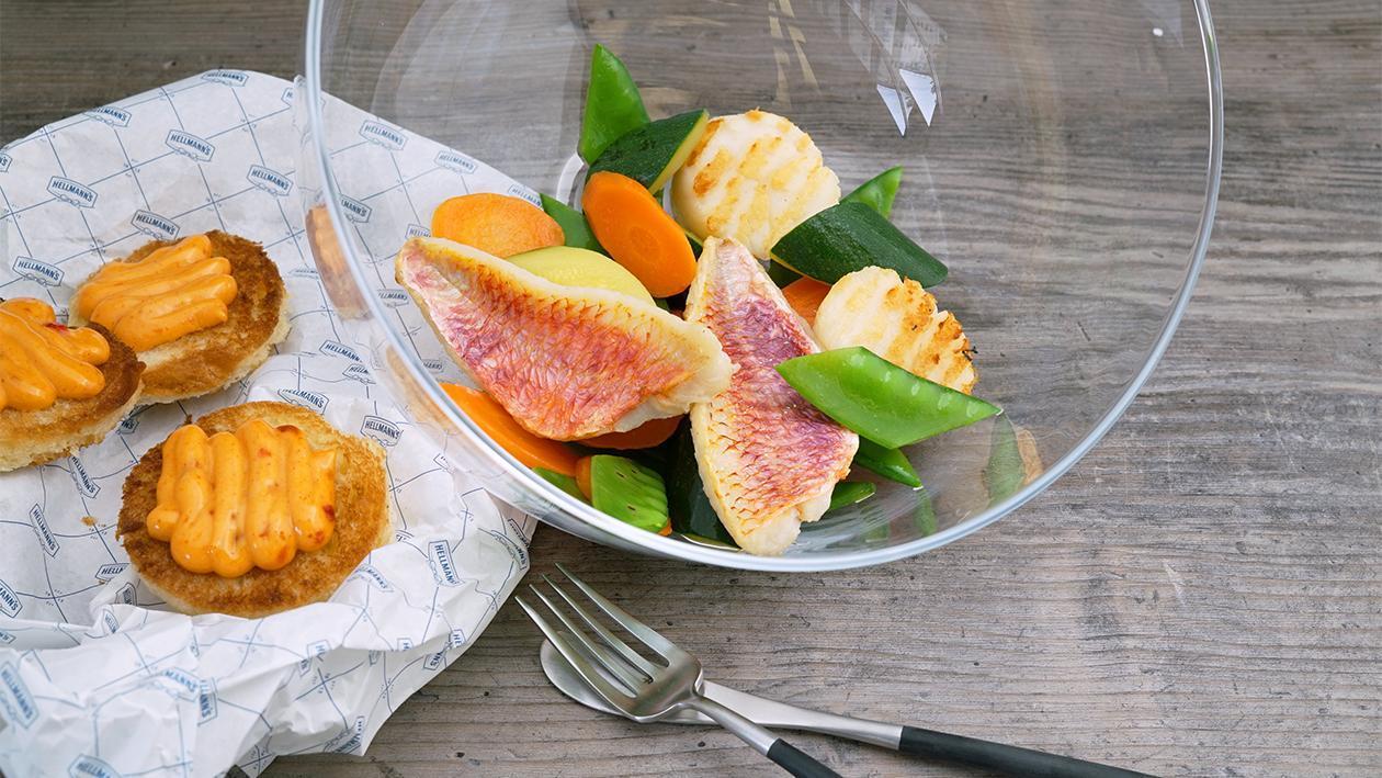 Gegrillte Jacobsmuschel Red Snapper, Gemüsepfanne und gratinierte Paprika-Chili Mayonnaise