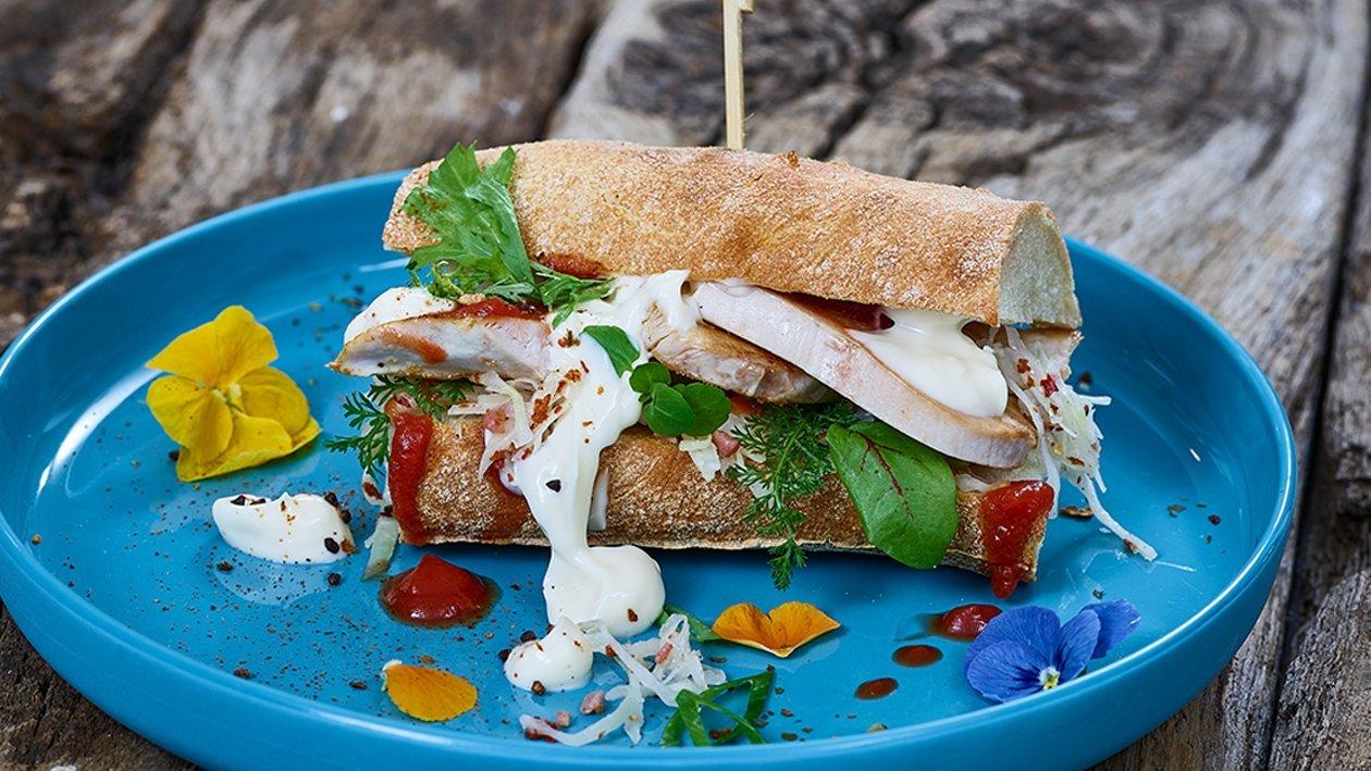 Gegrillte Putenbrust mit Spitzkrautsalat im Sandwich