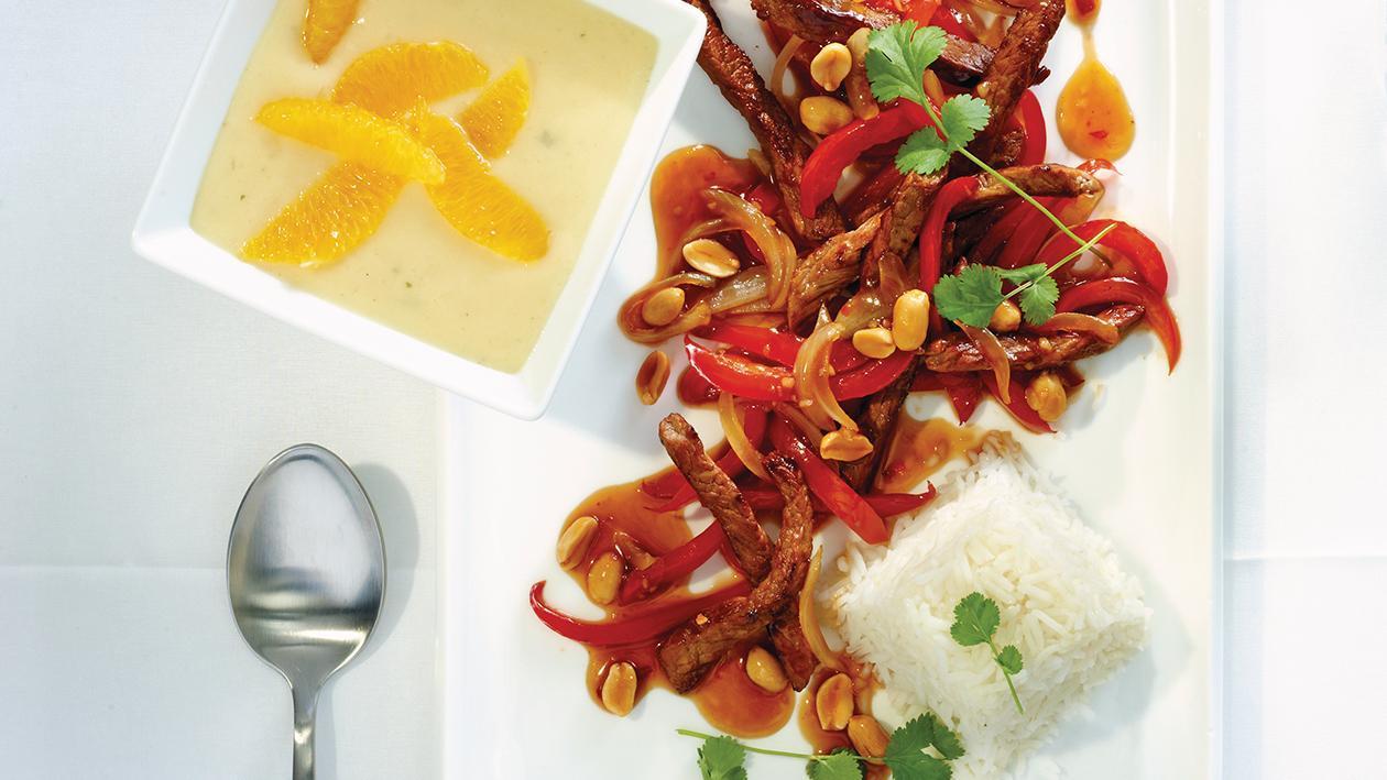 Gegrillte Streifen von der Rinderhuft mit roter Paprika und Erdnüssen an Basmatireis