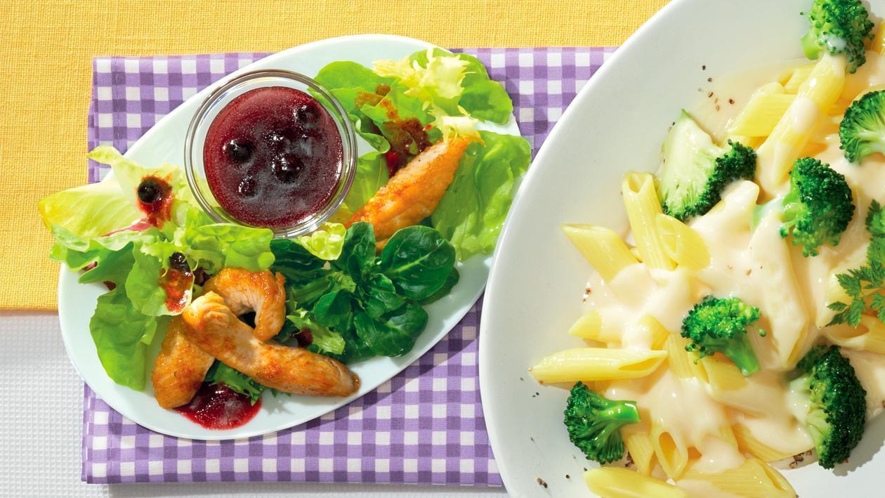 Gemischte Blattsalate mit Blaubeer-Dressing und Putenstreifen