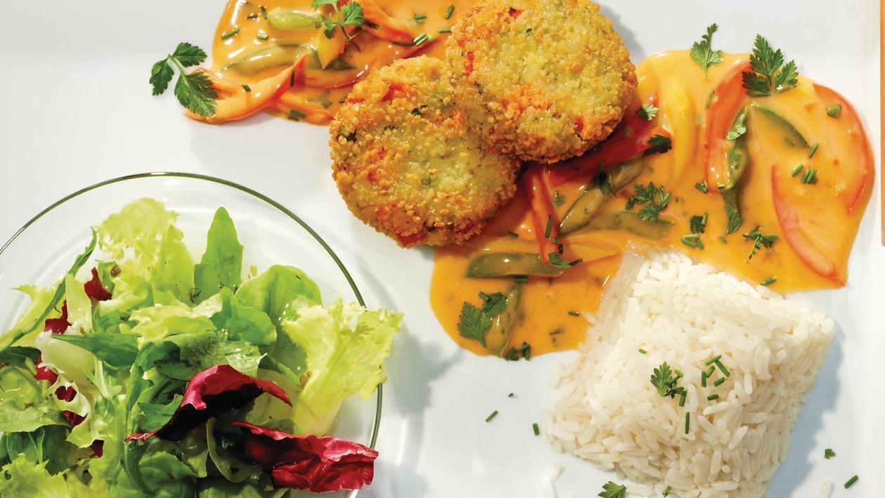 Gemüsebratlinge mit cremig bunter Paprikaschotensauce mit Reis und Salat