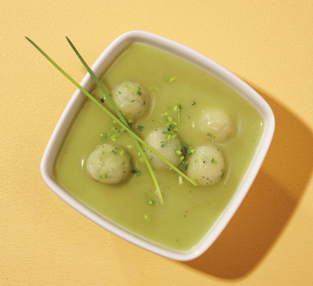 Gemüsesuppe mit kleinen Kartoffel-Kräuter-Bällchen