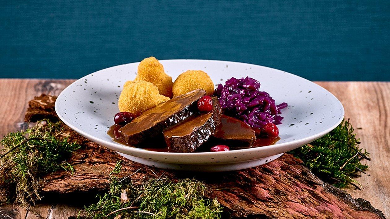 Geschmorte Hirschwade, Mohnrotkraut mit Pommes Williams und Preiselbeerchutney