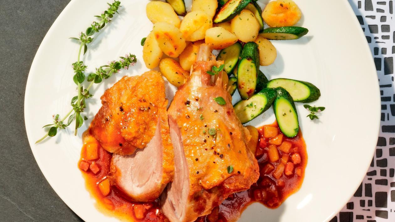 Geschmorte Putenkeule mit karamellisierter Birnen-Specksauce und Gnocchi-Zucchinipfanne