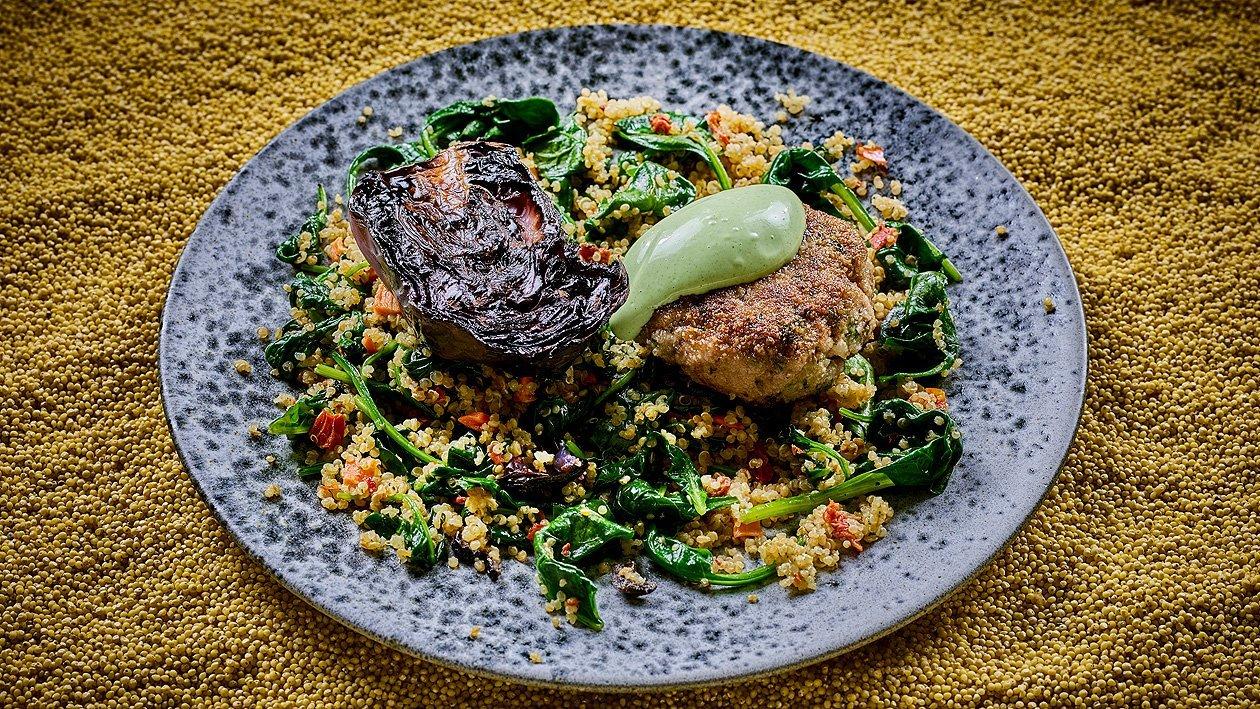 Geschmorter Rotkohl am Stück gegart, Spinat-Quinoa Salat und Frikadelle