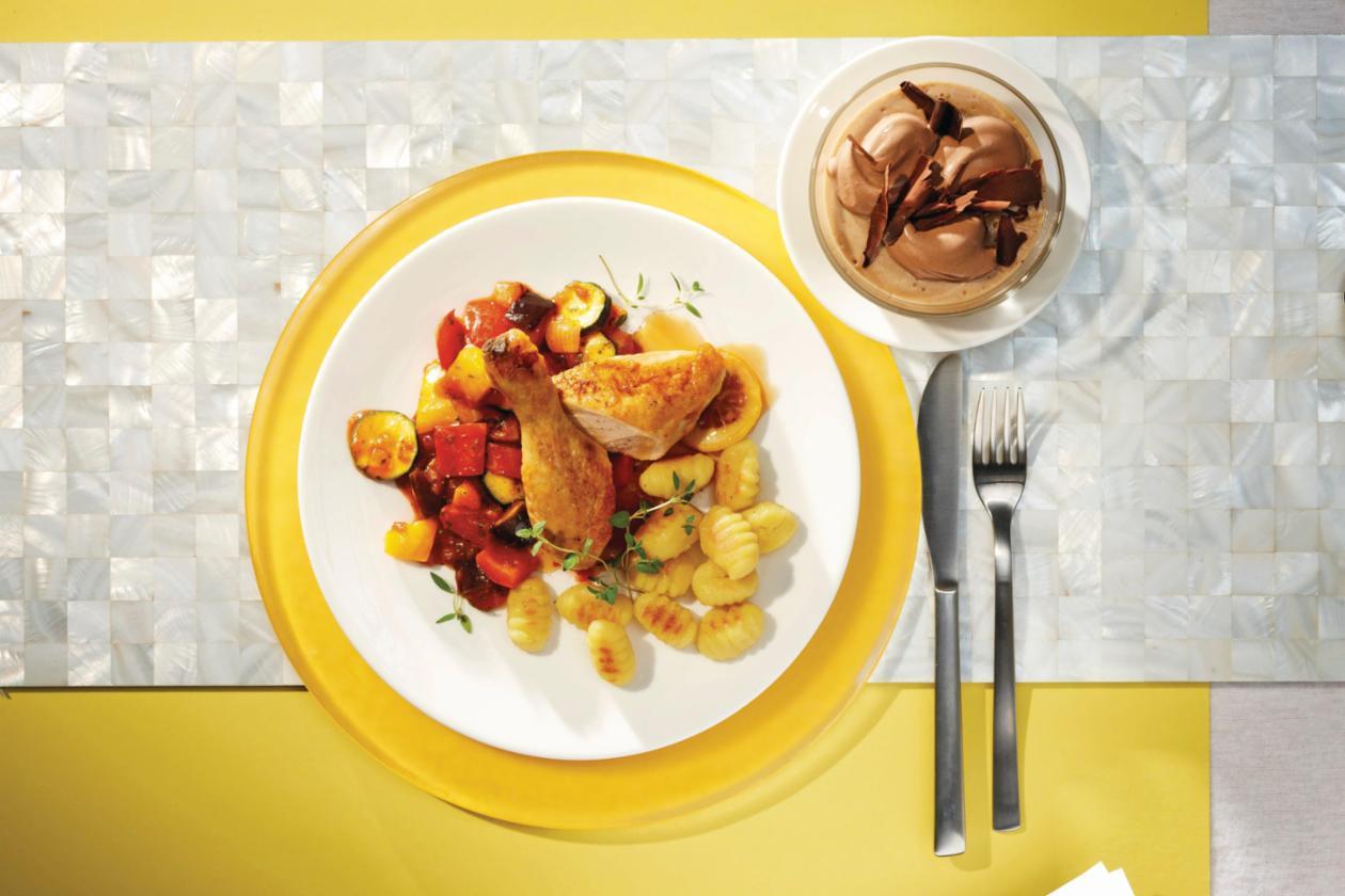 Geschmortes Zitronenthymian-Huhn auf Ratatouille-Gemüse und Gnocchi