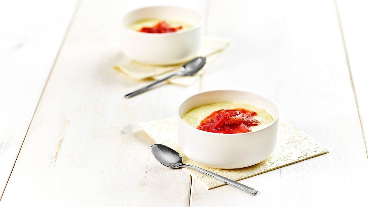 Grießpuddingsuppe mit Rhabarberkompott