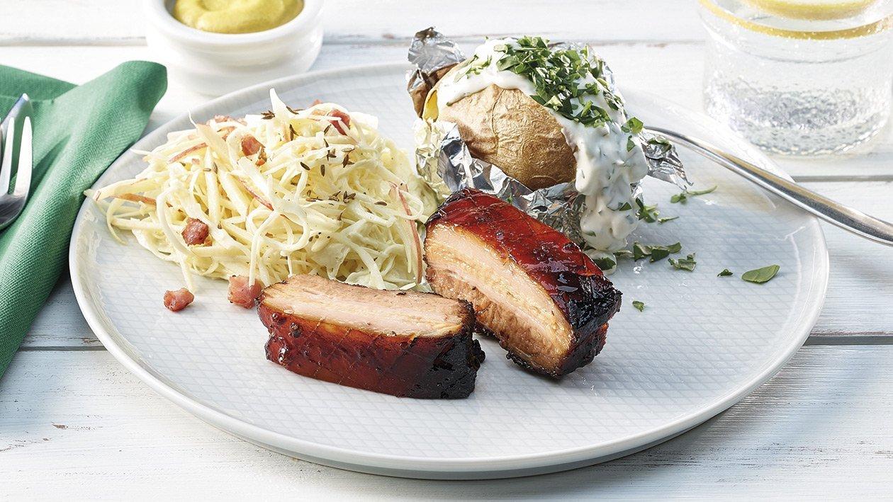 Grillierter, knuspriger Schweinebauch mit Weißkrautsalat