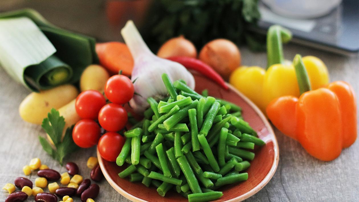 Grüne Bohneneintopf mit Tomate, Mais und Kidneybohnen