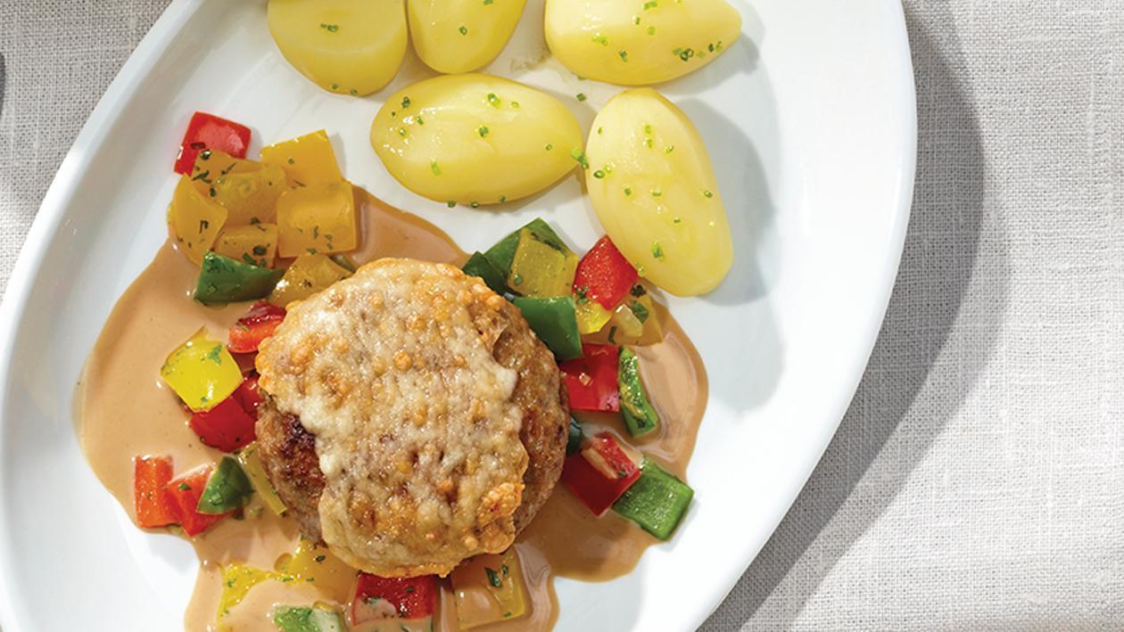 Hackfleisch-Käse-Frikadelle mit Rahmsauce, Paprikagemüse und Kartoffeln