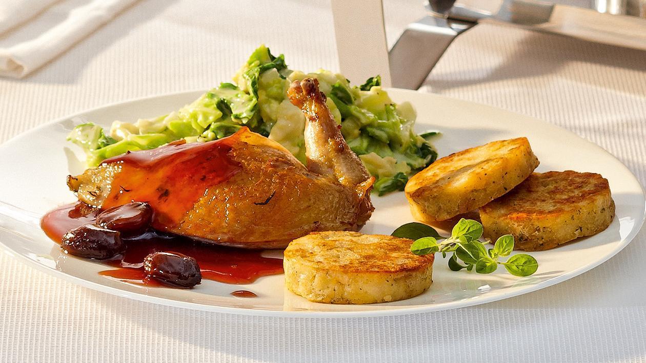 Hähnchenbrust mit Cassis-Jus, glacierten Kastanien, Cremewirsing und gebräunten Serviettenknödeln