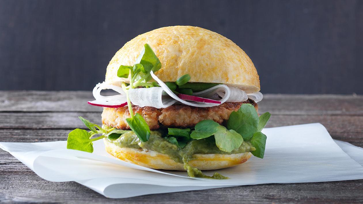 Hamburger mit Gemüseschnitzel und Gurken-Minze-Basilikun-Ketchup