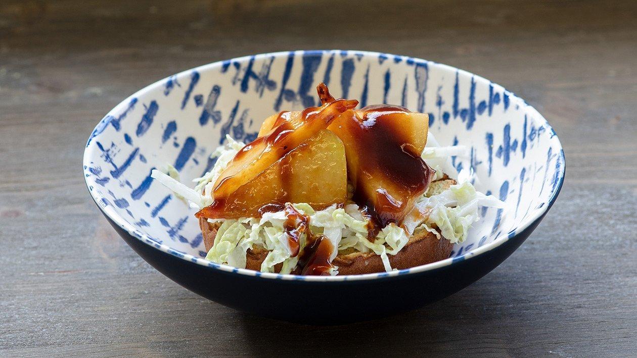 Herbstlicher Brioche mit Honig-Barbecue Pastinake und Chinakohl
