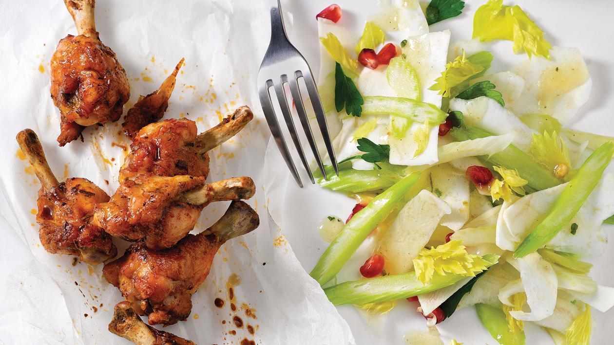 Herbstsalat mit Granatapfelkernen mit Chicken Wings
