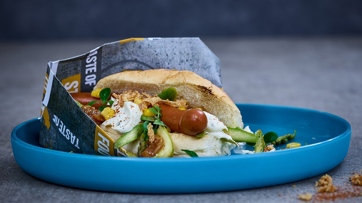 Hot Dog mit Jalapeno-Koriandermayonnaise und Popcorn