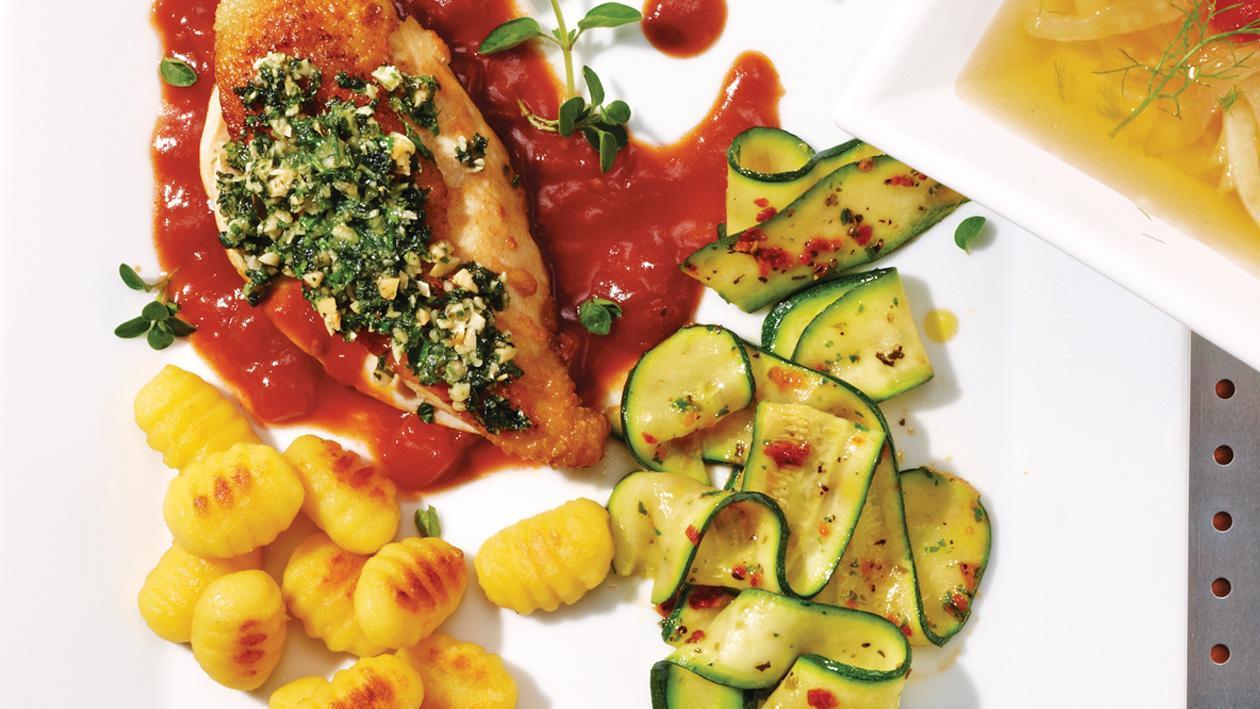 Huhn mit gerösteten Mandeln, mediterranen Zucchinis und gebratenen Gnocchi