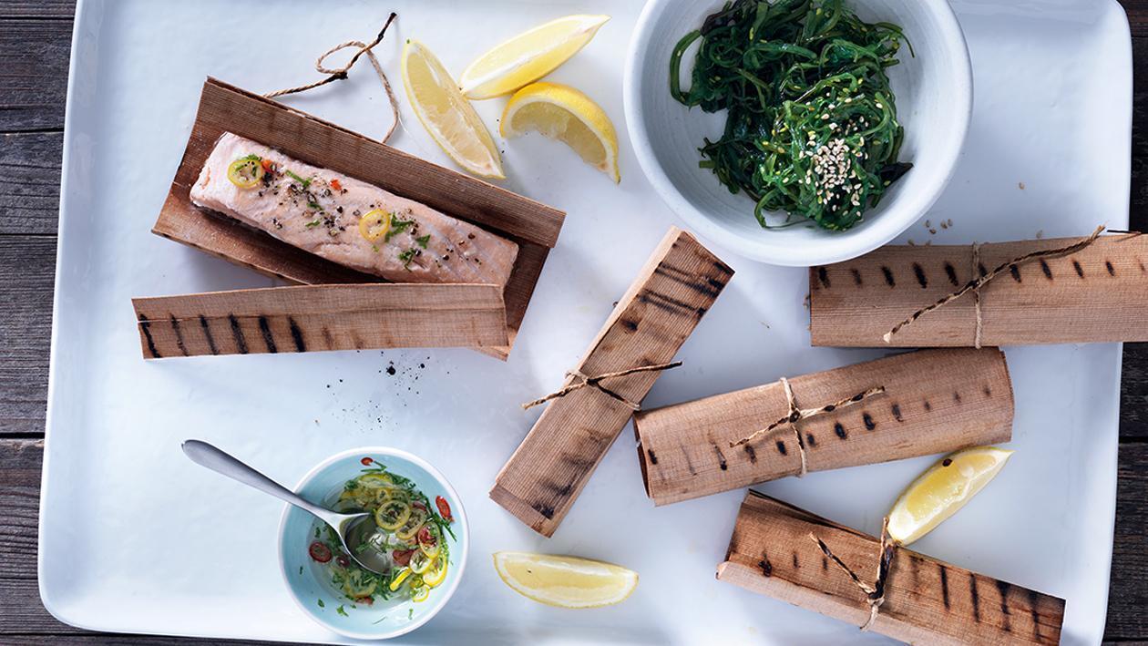 Im Holzpapier gegrillter Lachs mit Wakame-Salat und Zitrus Vinaigrette