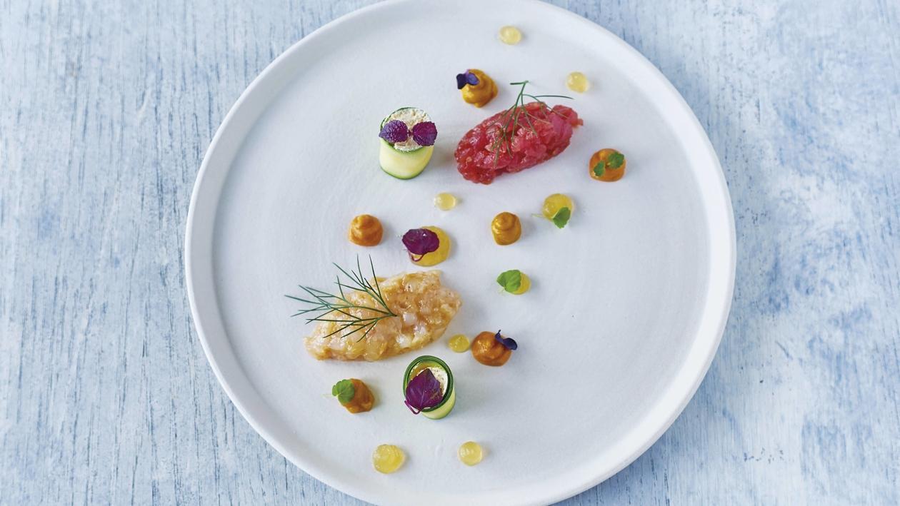 Kaisergranat mit Tunfischtartar, Zucchini-Cannoli, gesalzenes Mandelmousse, Fenchel- und Tomatengelee