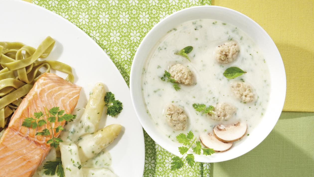 Kalbfleischcremesuppe mit Champignonklößchen und Kräutern