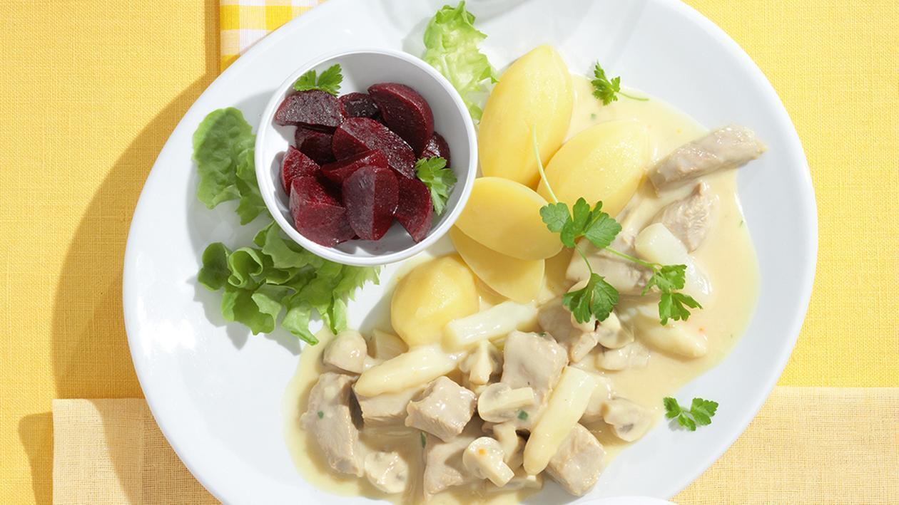 Kalbsschulterfrikassee mit Salzkartoffeln und Rote Bete Salat