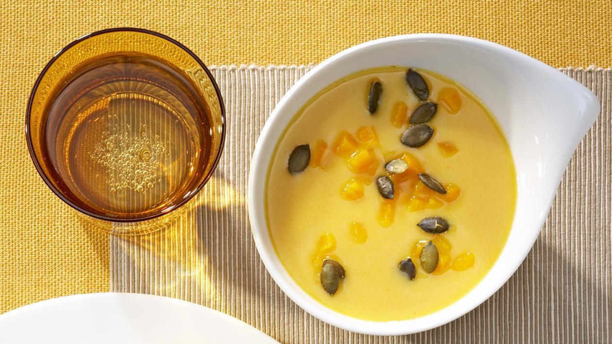 Karotten-Kürbis-Cremesuppe mit gerösteten Kürbiskernen