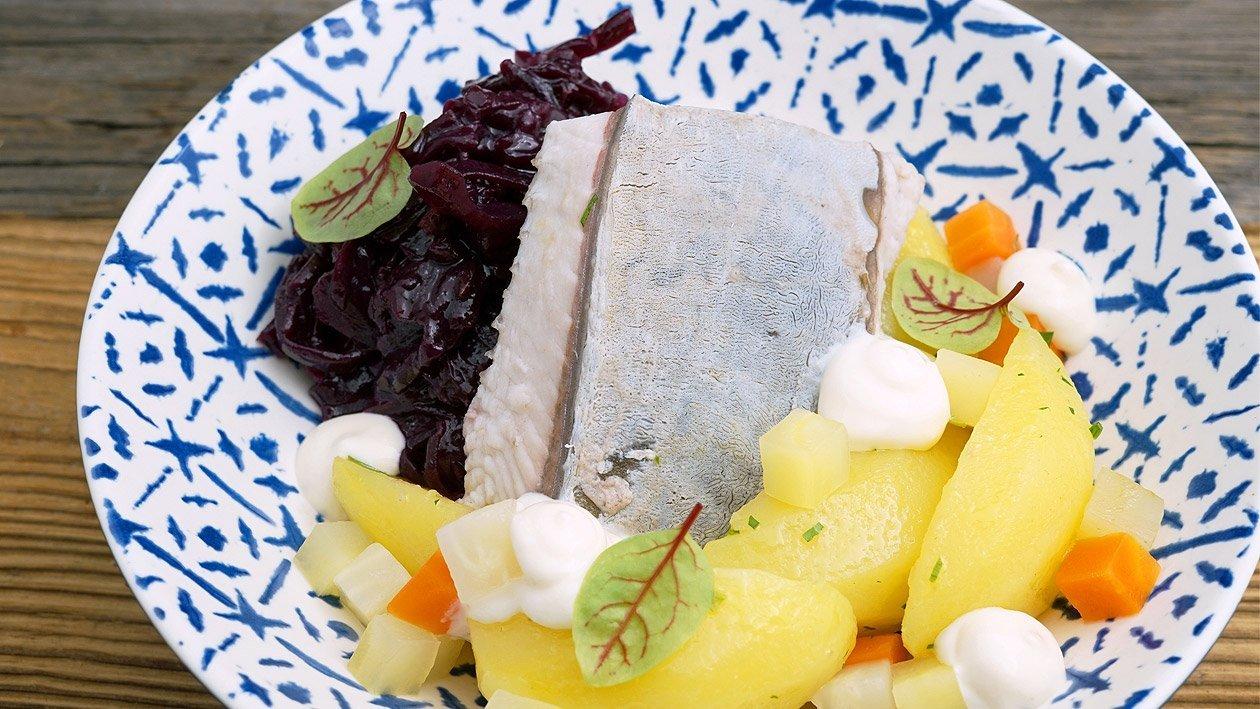"""Karpfen """"Blau"""" mit Apfel-Meerrettich, Rotkraut und Petersilienkartoffeln"""