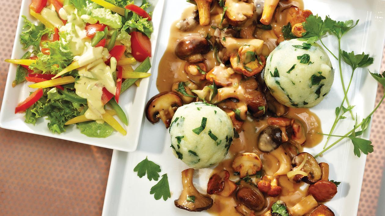 Kartoffel-Mangold-Knödel mit mediterranem, herbstlichem Pilzragout und Salatteller