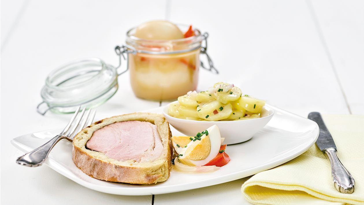 Kasseler im Brotteig mit eingelegten Eiern und Kartoffelsalat