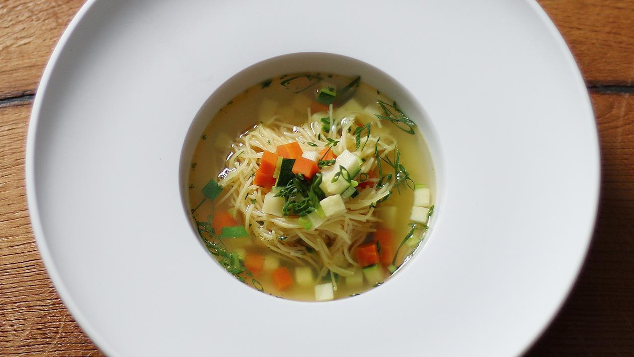 Klare Gemüse-Nudelsuppe