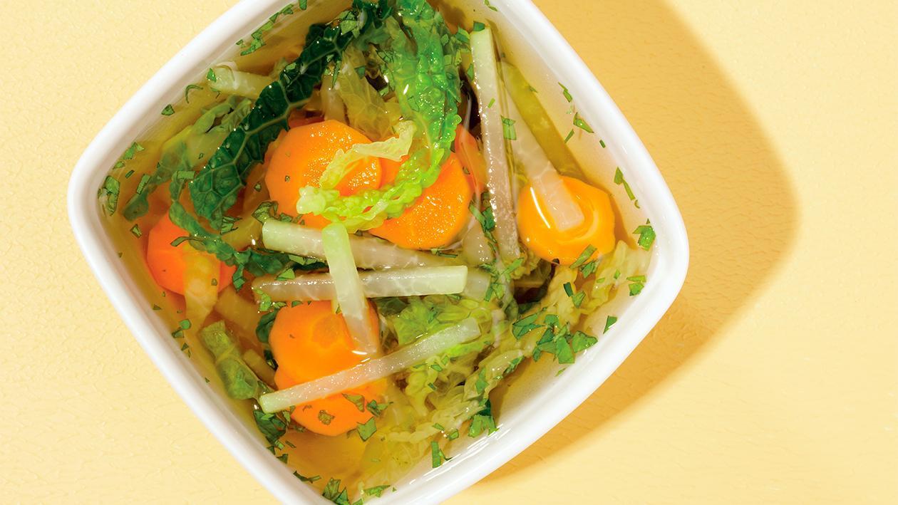 Klare Wirsingsuppe mit Kohlrabi und Karotten