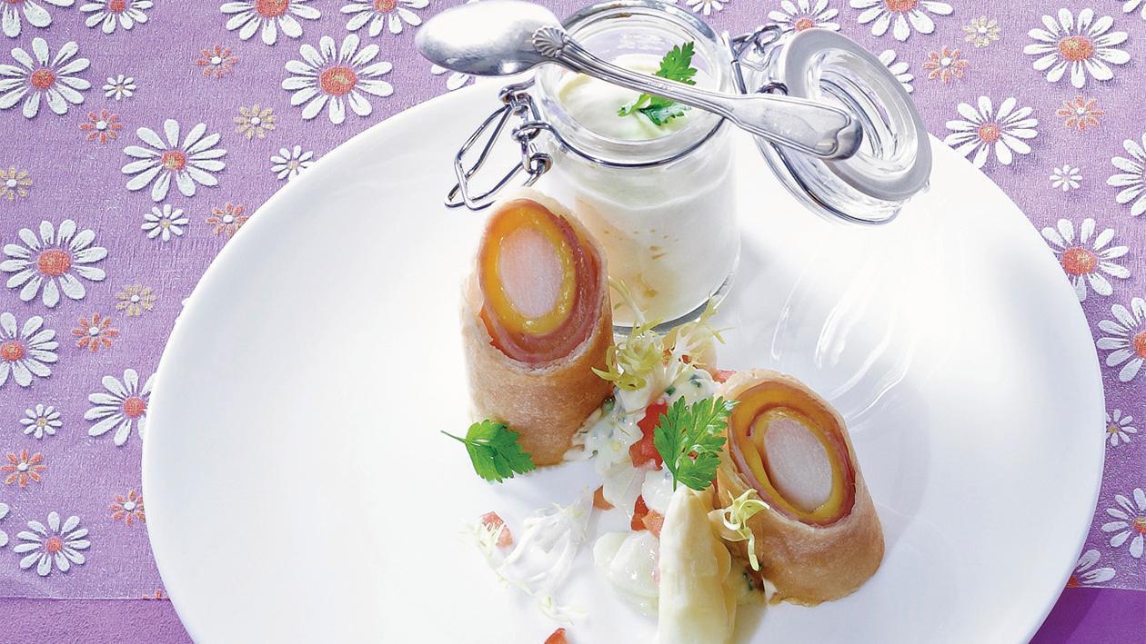Knuspriger Spargel mit Ei, Spargelsalat und Spargelcreme