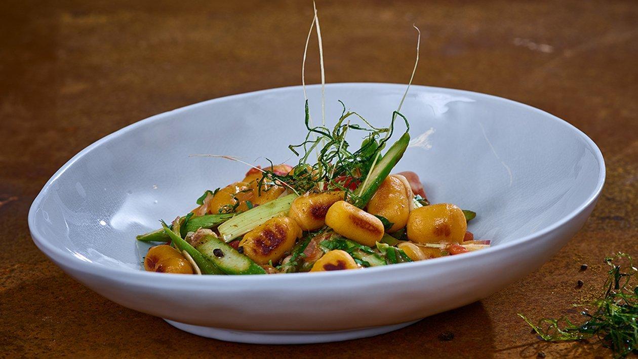Kumara Gnocchi mit grünem Spargel, Tomaten und Avocado Salsa