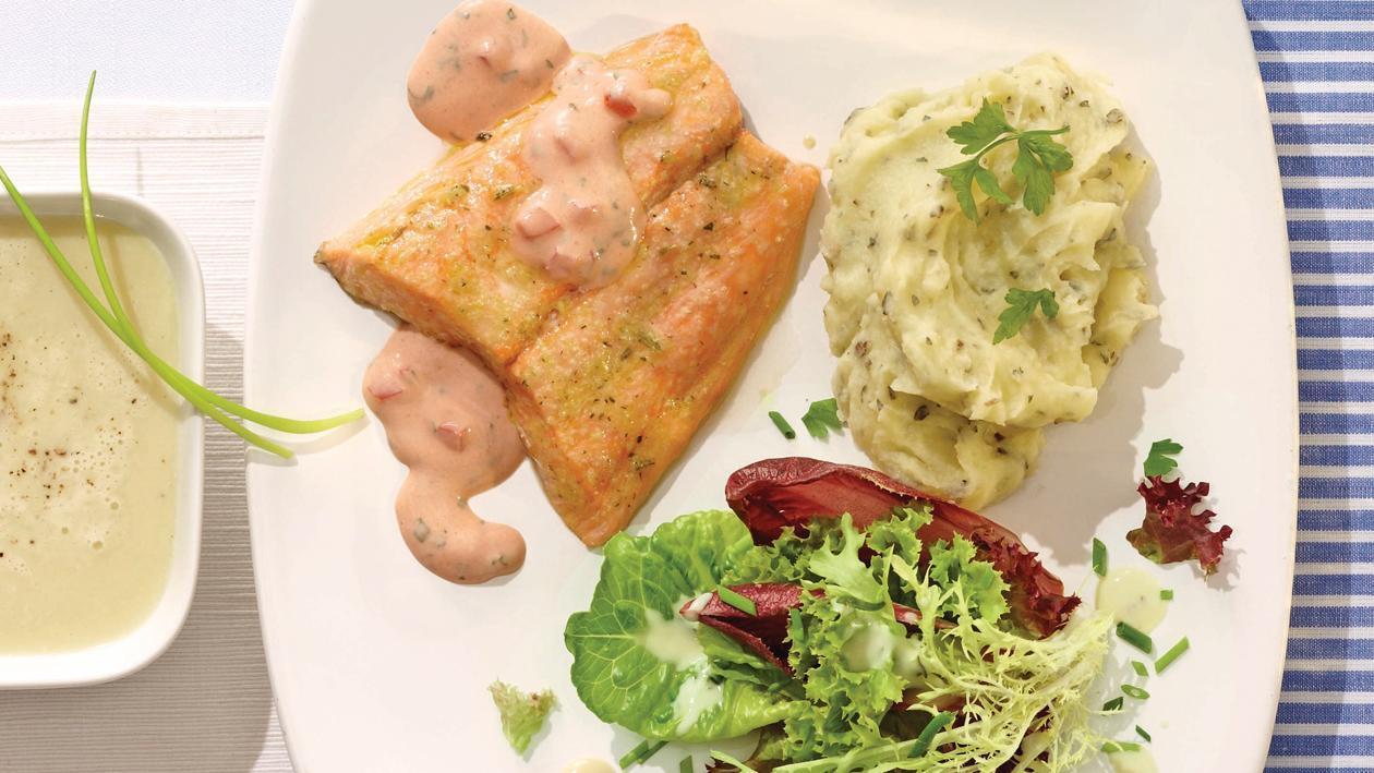 Lachsfilet an Tomaten-Buttersauce, Kräuterpüree und winterlicher Salat mit French-Dressing