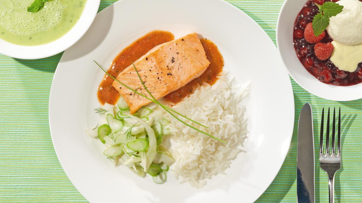 Lachsschnitte an Pestosauce mit Reis und Fenchelgemüse