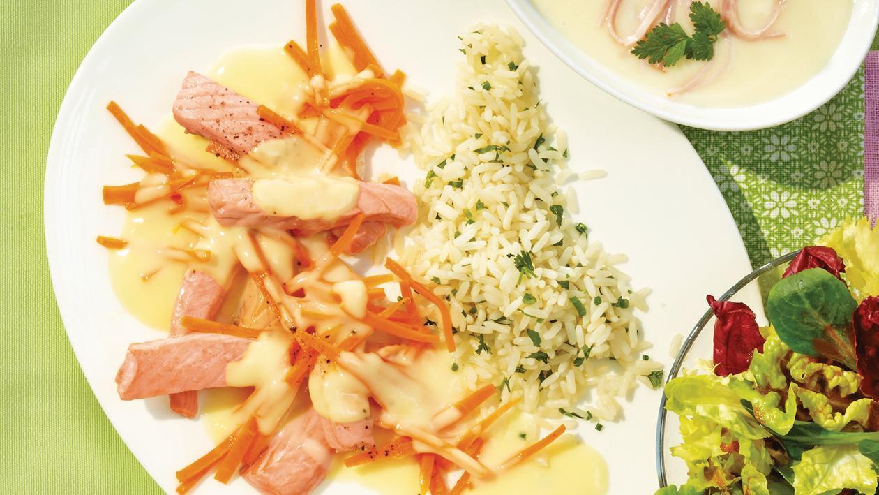 Lachsstreifen in Zitronensauce mit Reis und Blattsalat