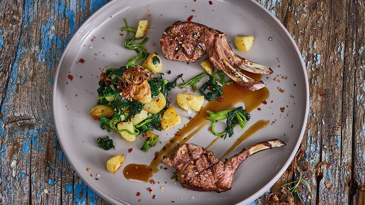 Lammkoteletts mit Kartoffeln und Spinat