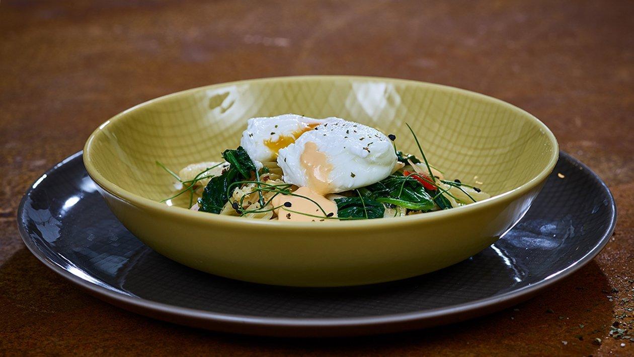 Lauwarmer Nudelsalat mit Babyspinat und pochiertem Ei