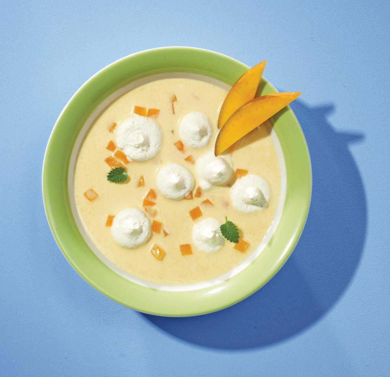 Mango-Aprikosen-Kaltschale mit Haube