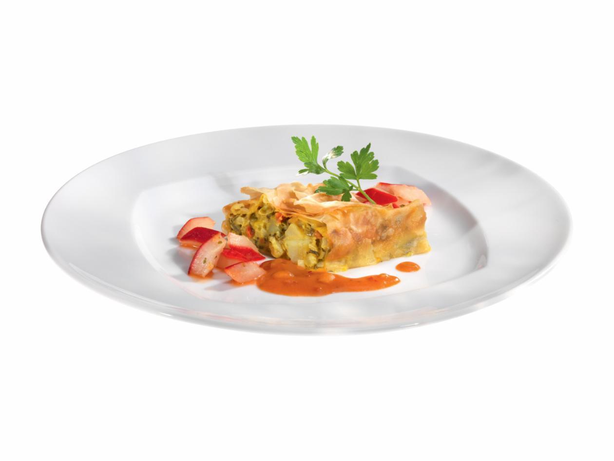 Mangold-Gemüsestrudel mit glaciertem Rotem Rettich und Tomaten-Erdnusssauce