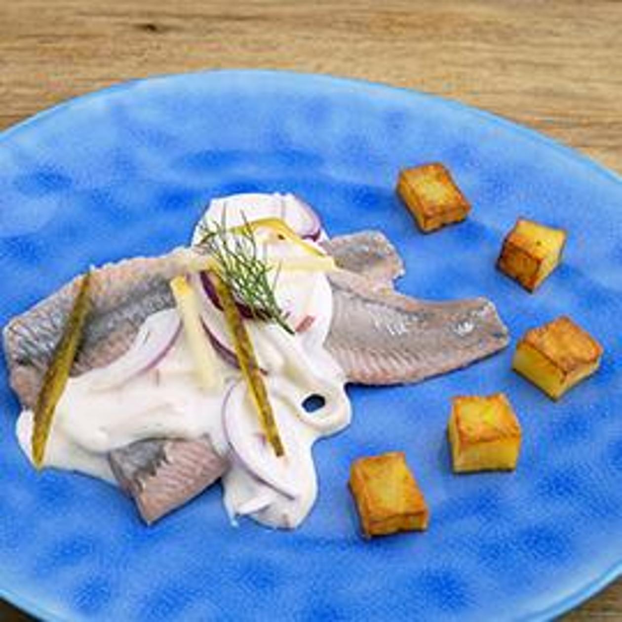 """Matjes """"Holsteiner Hausfrau"""" mit Röstkartoffel-Würfel"""