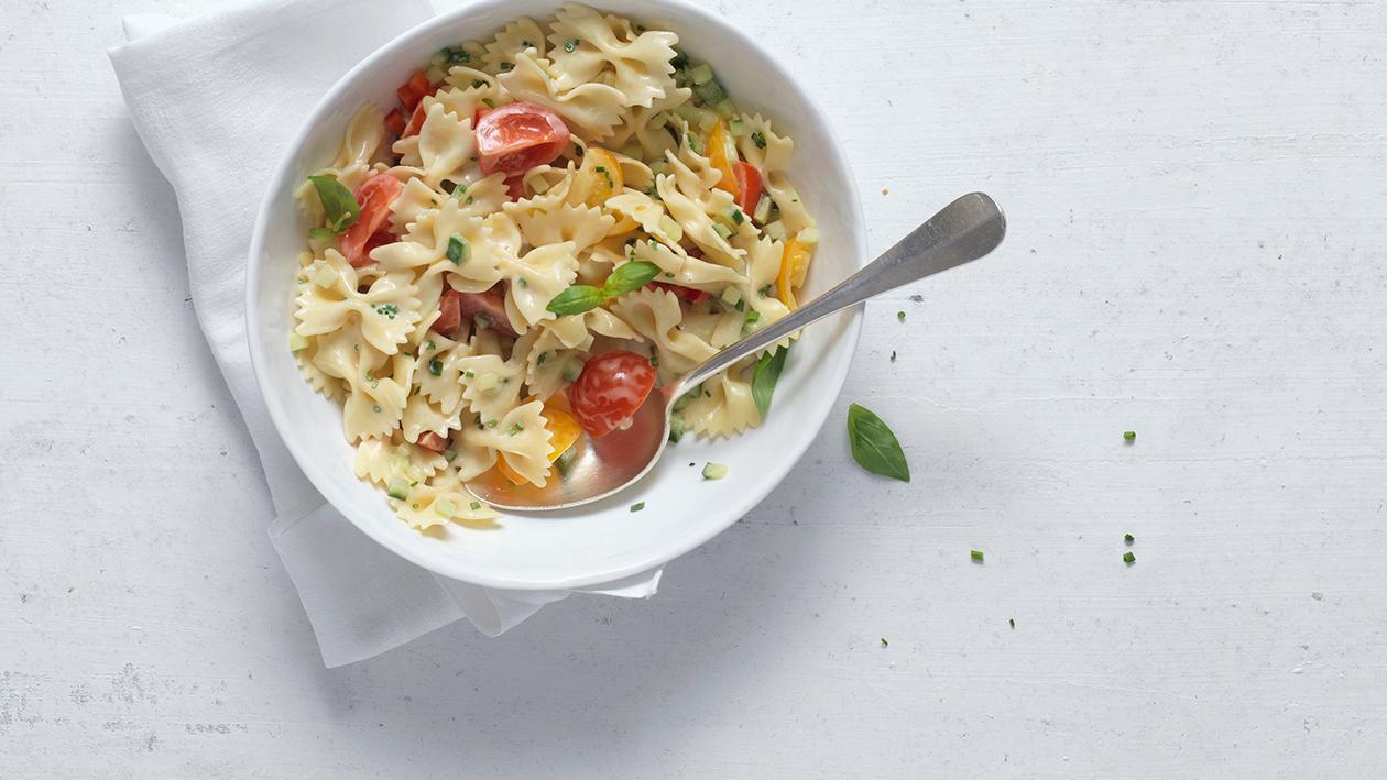 Mediterraner Nudelsalat mit feinem Gemüse