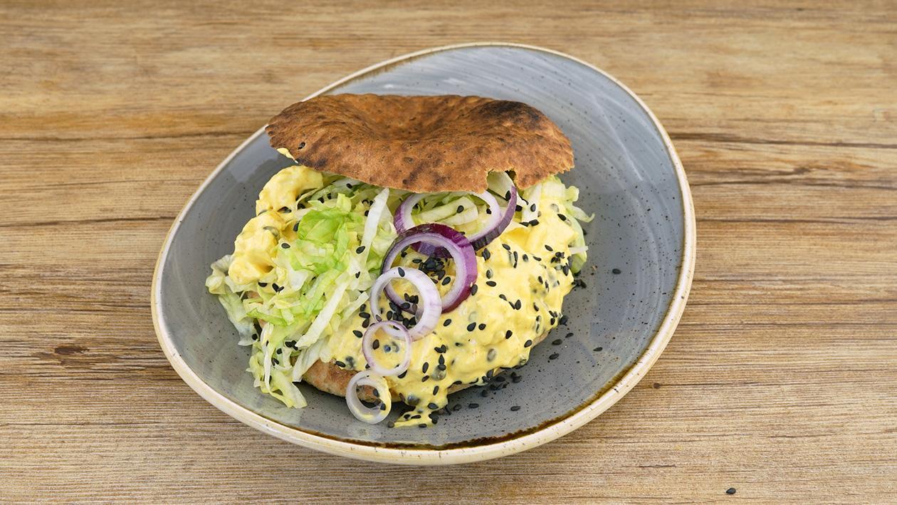 Naan Brot mit gebratener Hähnchenbrust, Ananas und schwarzen Linsen