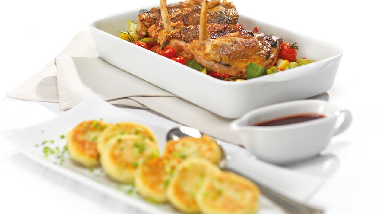 Perlhuhnbrüstchen mit schwarzen Nüssen, Cassisjus, Kartoffelgaletten und Ofengemüse