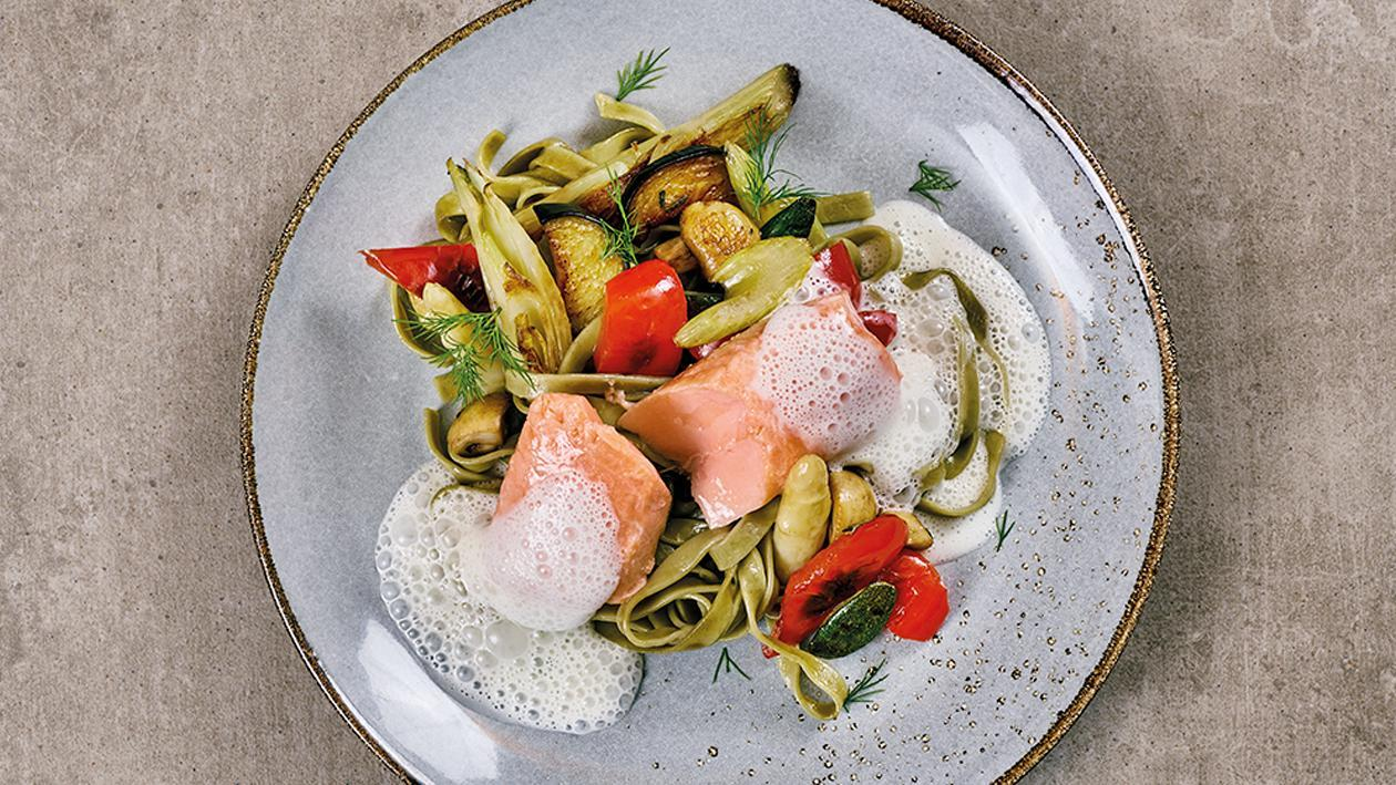 Pochiertes Lachsfilet mit Mediteranem Gemüse und Tagliatelle Verde