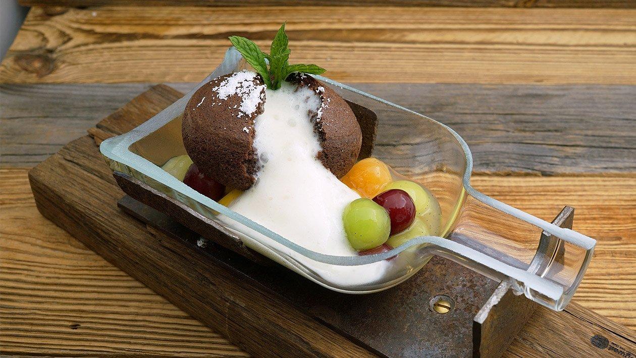 Prosecco Panna Cotta mit Bowlenfrüchte und Schoko-Nusskuchen