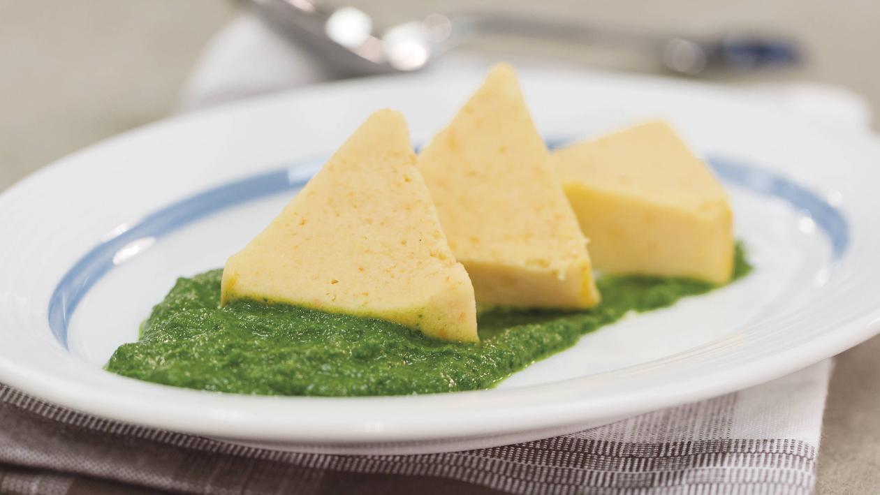 Pürierte Kost Gedämpfte Kartoffel-Karotten-Terrine mit Spinatpüree