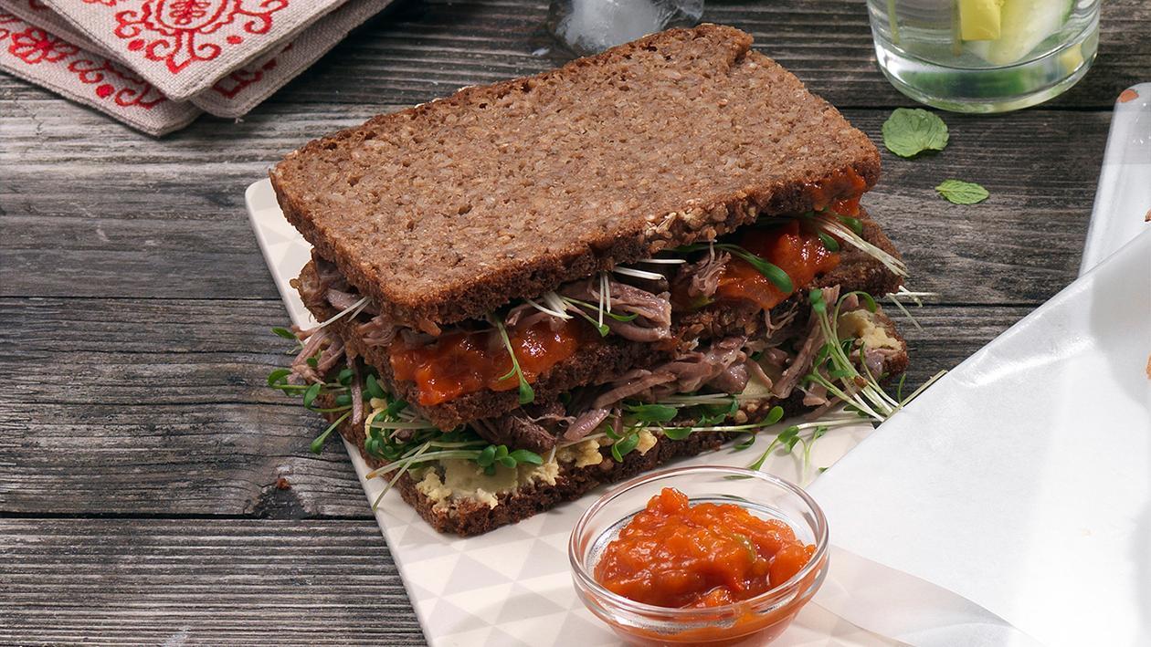 Pumpernickel-Sandwich mit gezupfter Lammschulter