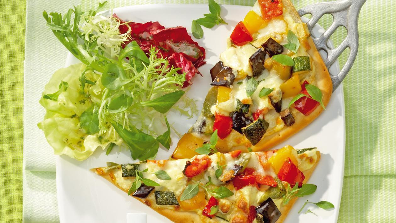 Ratatouille-Tarte, gemischter Salat mit Gartenkräuter-Dressing