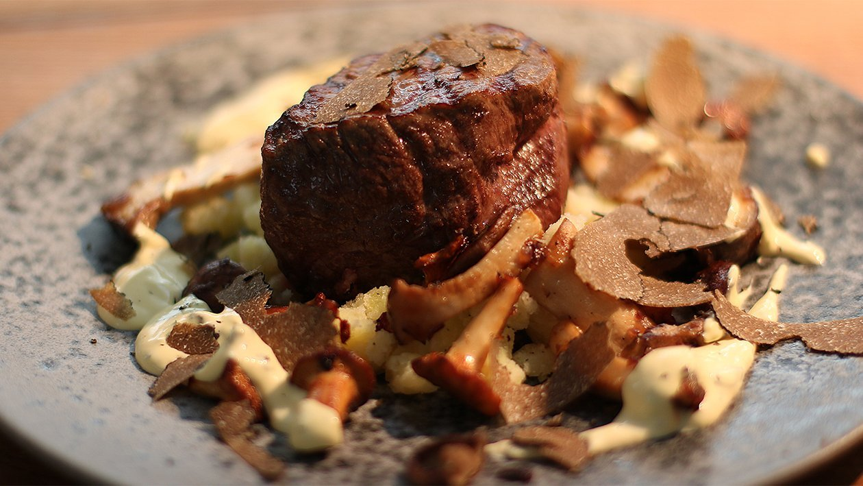 Rinderfilet mit Estragon-Hollandaise, Pilze und Kartoffel-Knoblauch-Stampf